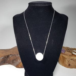 ασημένιο κολιέ με Καλσίτη λευκό στρογγυλό πλακέ Ν85 lavriostone